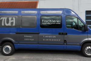 Eine klassische Fahrzeugbeklebung von der Tischlerei Uwe Hansen auf einem blauen Auto