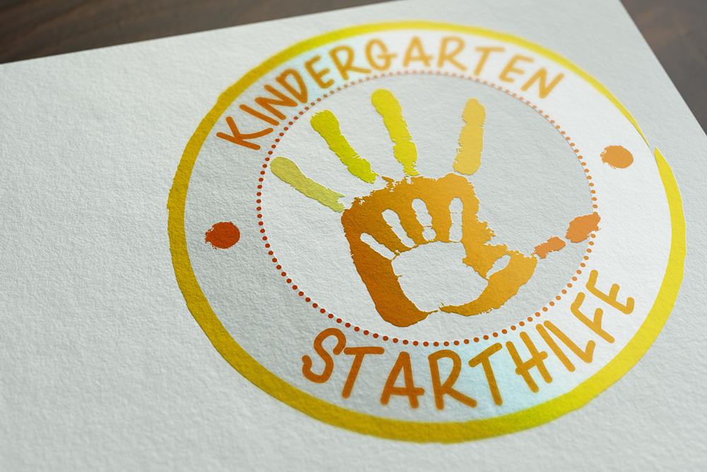 Das Logo der Kindergarten Starthilfe als Mockup auf weißem Papier