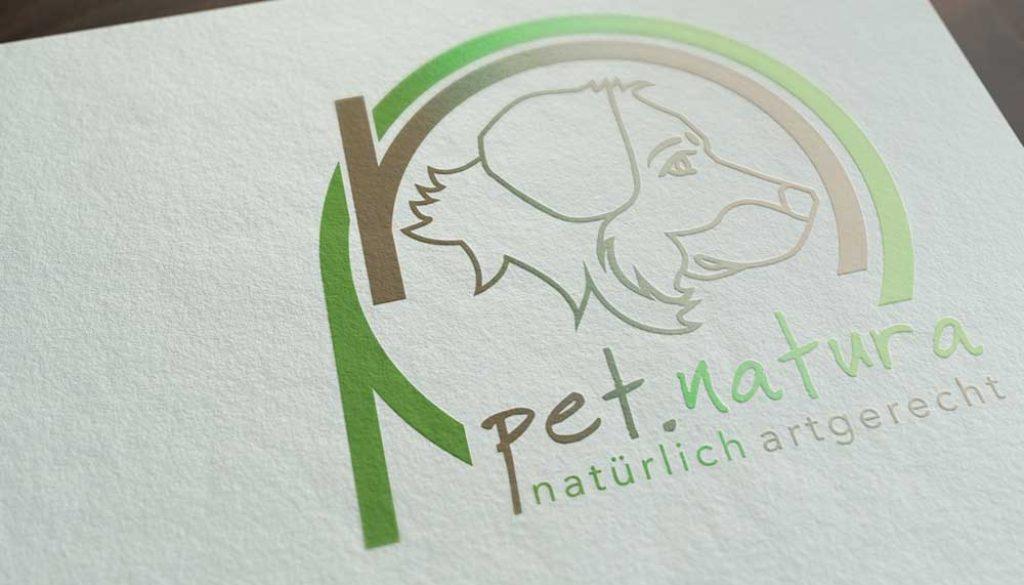Mockup von dem pet.natura Logo auf weißem Papier