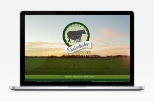 Mockup eines Laptops von der Süderhofer Weiderind Website mit Sicht auf die Startseite