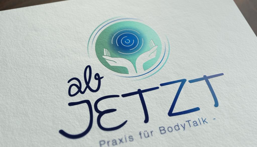 Mockup von dem ab JETZT - Praxis für BodyTalk Logo auf weißem Papier