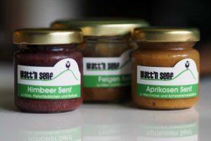 Watt'n Senf Etiketten mit Himbeer Senf, Feigen Senf und Aprikosen Senf in einem kleinen Glas
