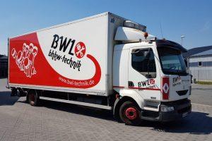 Lastkraftwagen mit der BWL bhkw technik Fahrzeugbeschriftung in rot mit einem Motor als Grafik