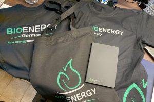 Sammlung von Streuartikel für BioEnergy Germany, zusehen sind T-Shirts, Beutel und ein Notizbuch