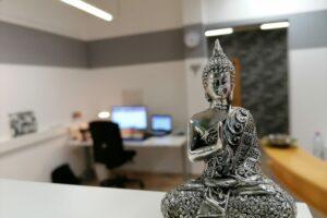 Silberne Buddha Figur vor einem Grafik Arbeitsplatz