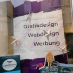 Schaufenster mit Roll-Up Banner Weihnachtlich dekoriert