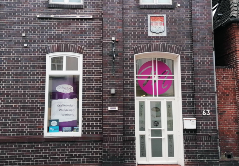 Der Eingang eines Grafikdesign Büros mit Schaufensterbeklebung